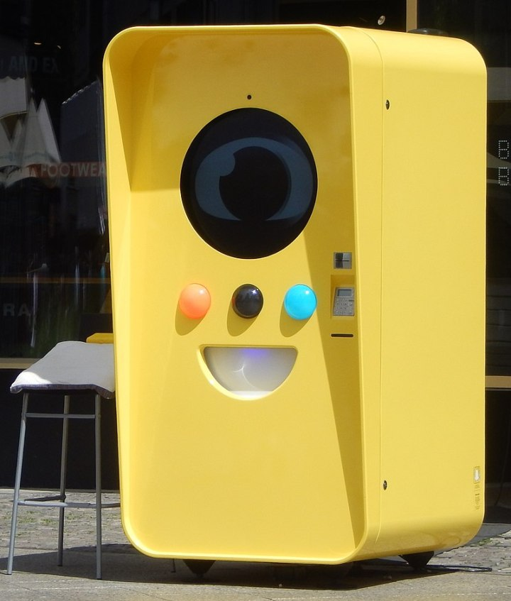 800px-Snapchat_Vending_machine_in_Berlin_in_June_2017_01_(cropped).jpg